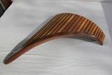 Eine Bass Panflöte braun mit dunklem Schuh